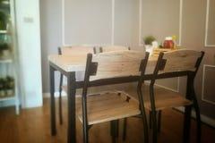Tabla y silla vacías en restaurante Fotos de archivo libres de regalías