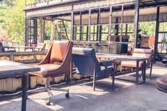 Tabla y silla viejas en cafetería retra Foto de archivo