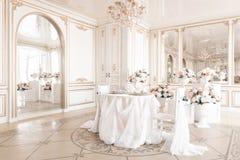 tabla y sillas adornadas para una cena festiva Decoración de lujo con luz del día estudio fotográfico moderno Resorte ligero Imagenes de archivo