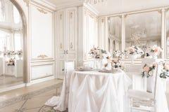 tabla y sillas adornadas para una cena festiva Decoración de lujo con luz del día estudio fotográfico moderno Resorte ligero Imágenes de archivo libres de regalías