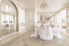 tabla y sillas adornadas para una cena festiva Decoración de lujo con luz del día estudio fotográfico moderno Resorte ligero Foto de archivo