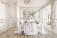 tabla y sillas adornadas para una cena festiva Decoración de lujo con luz del día estudio fotográfico moderno Resorte ligero Fotografía de archivo libre de regalías