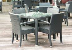 Tabla y sillas al aire libre del restaurante Imagenes de archivo