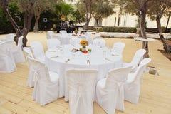 Tabla y sillas blancas hermosas en restaurante Fotografía de archivo