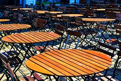 Tabla y sillas de madera redondas en línea Foto de archivo libre de regalías