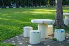 Tabla y sillas de piedra blancas Imagen de archivo libre de regalías