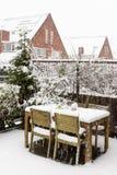 Tabla y sillas del jardín debajo de la nieve Imagen de archivo