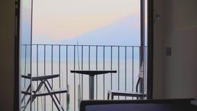 Tabla y sillas en el balc?n almacen de video