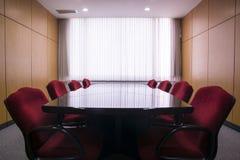 Tabla y sillas en la sala de reunión Foto de archivo