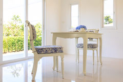 Tabla y sillas en sala de estar Foto de archivo libre de regalías