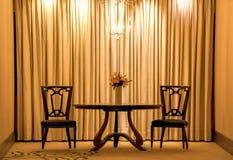 Tabla y sillas en sitio del oro Foto de archivo libre de regalías