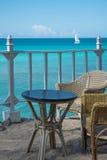 Tabla y sillas fijadas para la vista al mar Foto de archivo libre de regalías
