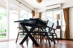 Tabla y sillas negras en sala de estar Foto de archivo