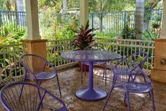 Tabla y sillas púrpuras Imagenes de archivo