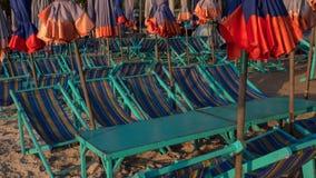 Tabla y sillas vacías en la playa Imagen de archivo libre de regalías