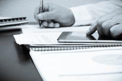 Tabla y tableta de la oficina Imagen de archivo libre de regalías