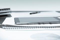Tabla y tableta de la oficina Imágenes de archivo libres de regalías