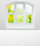 Tabla y ventana blancas limpias vacías de cocina Fotos de archivo