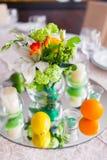 Tablas adornadas con las flores y la fruta foto de archivo libre de regalías