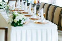 Tablas adornadas elegantes elegantes de la recepción nupcial con los vidrios Foto de archivo libre de regalías