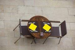 Tablas al aire libre del café del verano con las sillas Foto de archivo libre de regalías