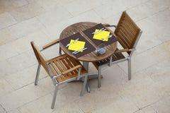 Tablas al aire libre del café del verano con las sillas Imagen de archivo libre de regalías