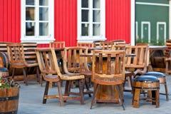 Tablas al aire libre del café del verano en el estilo de vikingo en la ciudad de Islandia Fotos de archivo