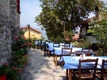 Tablas al aire libre griegas de la taberna Foto de archivo libre de regalías
