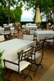 Tablas blancas de los manteles del restaurante Imagen de archivo libre de regalías