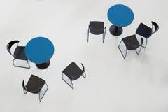 Tablas con las sillas Fotografía de archivo libre de regalías