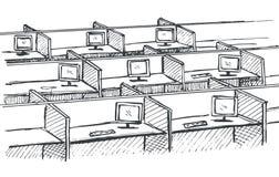 Tablas con los ordenadores en fila Lugares de trabajo en un espacio abierto Foto de archivo libre de regalías