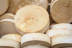 Tablas de cortar de madera redondas en mercado. Fotografía de archivo