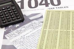 Tablas 1040 de la carta del impuesto de la calculadora del IRS imágenes de archivo libres de regalías