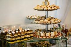 Tablas de lujo elegantes con los dulces para la celebración para un wedd Fotos de archivo