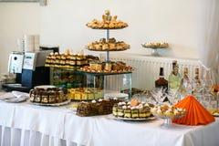 Tablas de lujo elegantes con los dulces para la celebración para un wedd Imagenes de archivo