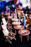 Tablas de madera y sillas de reclinación Imágenes de archivo libres de regalías