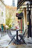 Tablas de un café parisiense adornado para la Navidad Foto de archivo libre de regalías