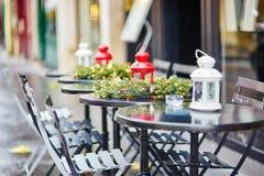 Tablas de un café parisiense adornado para la Navidad Fotografía de archivo libre de regalías