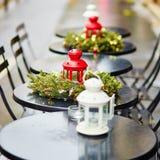 Tablas de un café parisiense adornado para la Navidad Fotografía de archivo