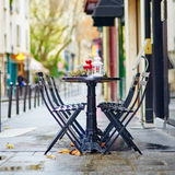 Tablas de un café parisiense adornado para la Navidad Fotos de archivo libres de regalías
