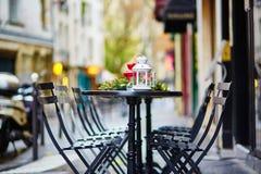 Tablas de un café parisiense adornado para la Navidad Imagenes de archivo