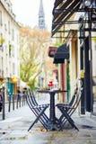 Tablas de un café parisiense adornado para la Navidad Imagen de archivo