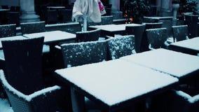 Tablas del café de la calle en la nieve Concepto de la estación baja Fotos de archivo