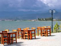 Tablas del café en la costa en Turquía imagen de archivo libre de regalías