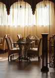 Tablas del restaurante cerca de la ventana brillante Foto de archivo
