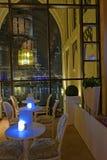 Tablas del restaurante en Dubai fotos de archivo