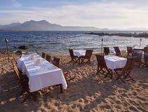 Tablas del restaurante en la playa Imágenes de archivo libres de regalías
