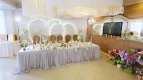 Tablas en el banquete de la boda Decoraciones de la boda almacen de metraje de vídeo