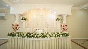 Tablas en el banquete de la boda Decoraciones de la boda almacen de video