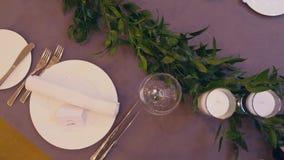 Tablas en el banquete de la boda Decoraciones de la boda Cierre para arriba almacen de metraje de vídeo